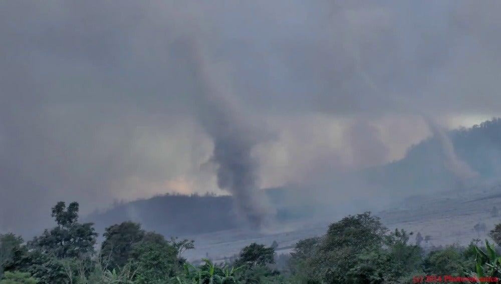 Pequeños tornados junto al volcán Sinabung