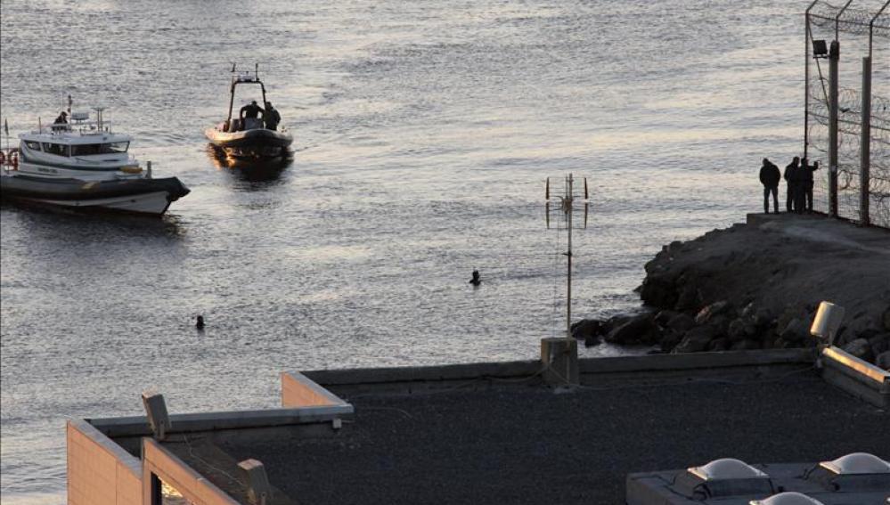 Miembros de la Guardia Civiles realizan sus labores en la zona cercana a la costa
