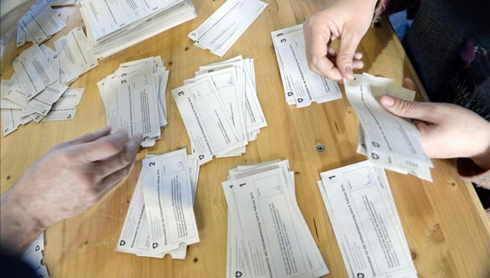 Recuento de votos en Zurich del referendum sobre inmigración celebrado en Suiza