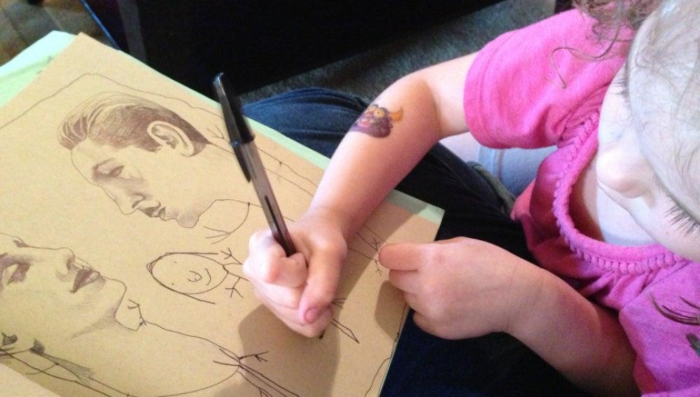 La pequeña Myla pintando