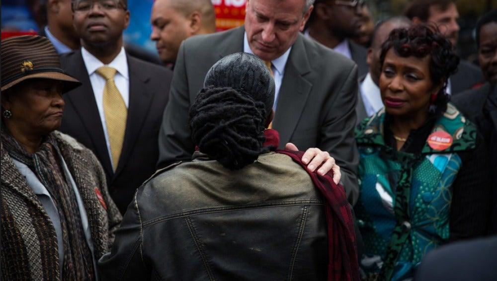 Bill De Blasio reunido en una esquina del este de Parkway y la Avenida Utica en Crown Heights, Brooklyn.