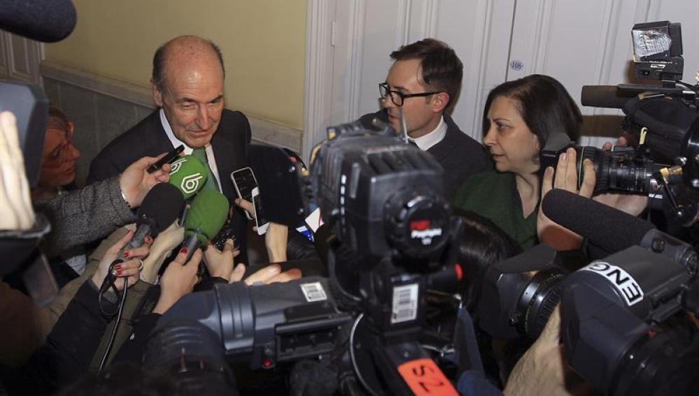 El abogado Miquel Roca atiende a los medios
