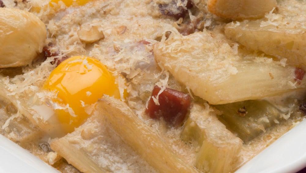 Cardo con salsa de nueces y huevos de codorniz