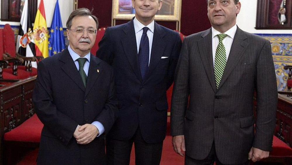 Arsenio Fernández de Mesa (c), con el presidente de Ceuta, Juan Jesús Vivas (i).