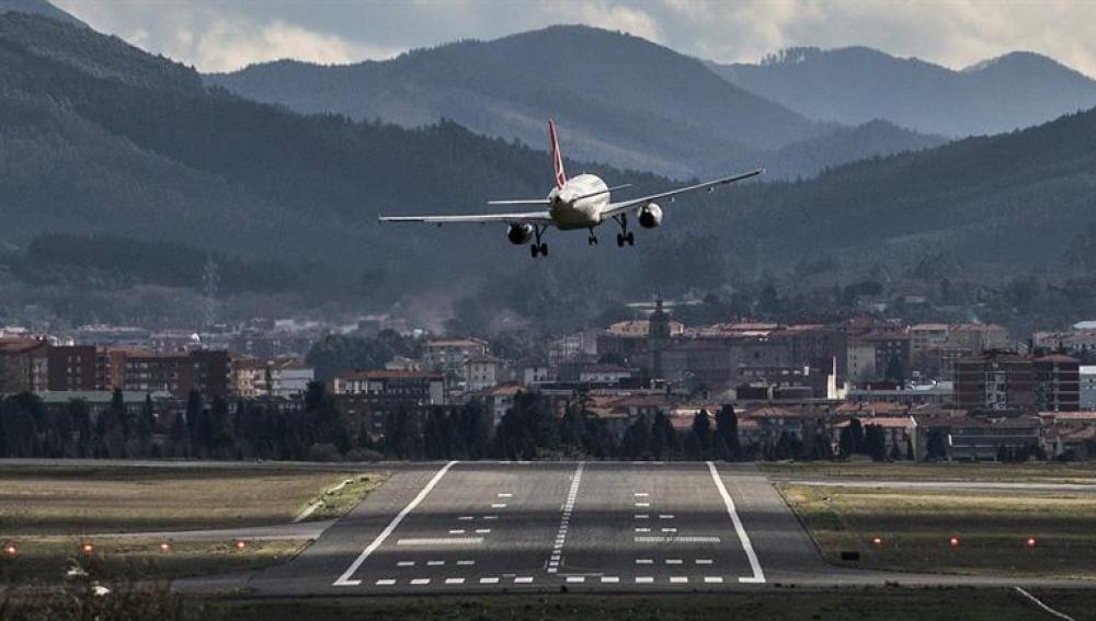 Un avión en el momento del aterrizaje