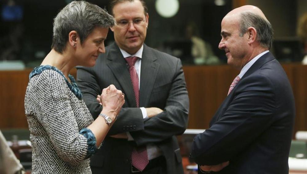 Los ministros de Economía Margrethe Vestager, Anders Borg y Luis de Guindos, conversan en Bruselas.