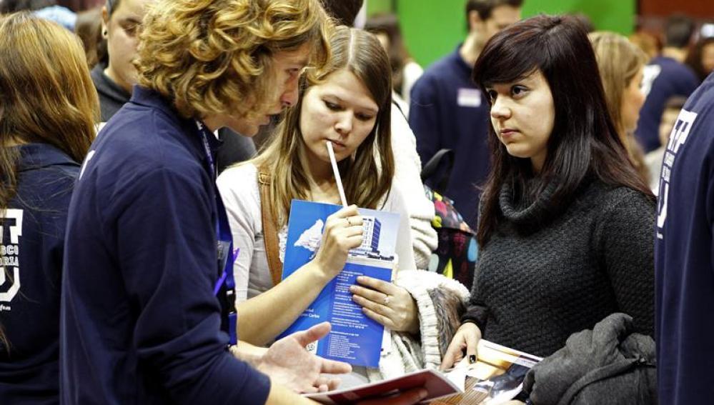 Una joven ofrece orientación en uno de los 217 expositores que participan en la Feria Aula 2014.