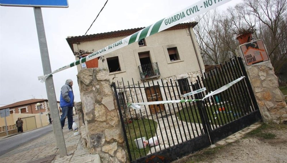 Un vecino contempla el estado de la vivienda en Burgos.