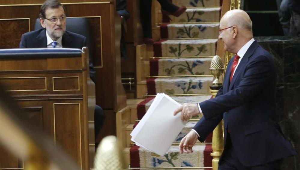 El líder de CiU, Josep Antoni Duran i Lleida, baja del estrado ante Mariano Rajoy