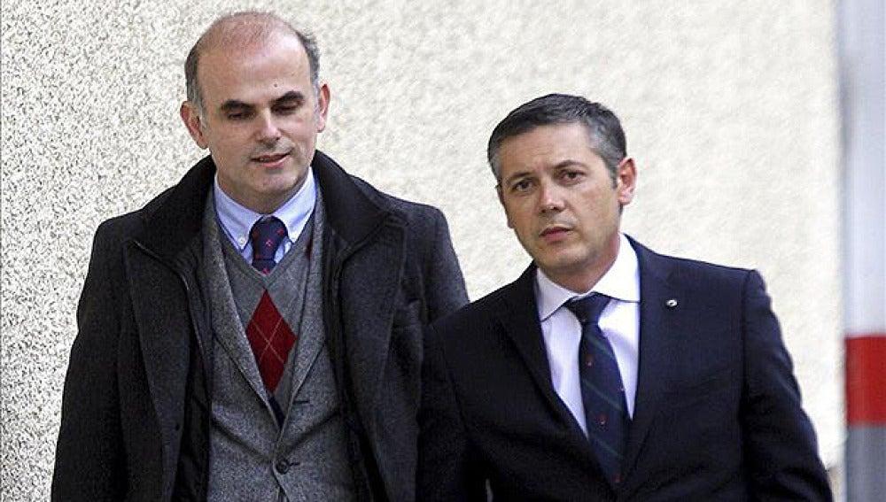 El abogado Francisco José Carvajal (derecha), a su llegada al juzgado