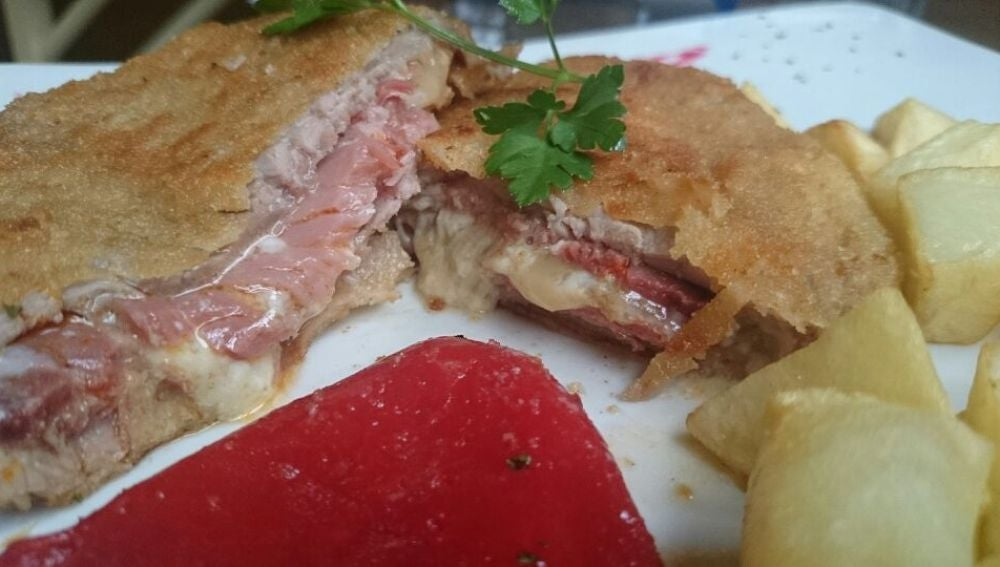 El cachopo contiene filete, jamón y queso, todo ello rebozado.