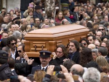 Amigos y familiares portan a hombros el féretro con los restos mortales de Paco de Lucía