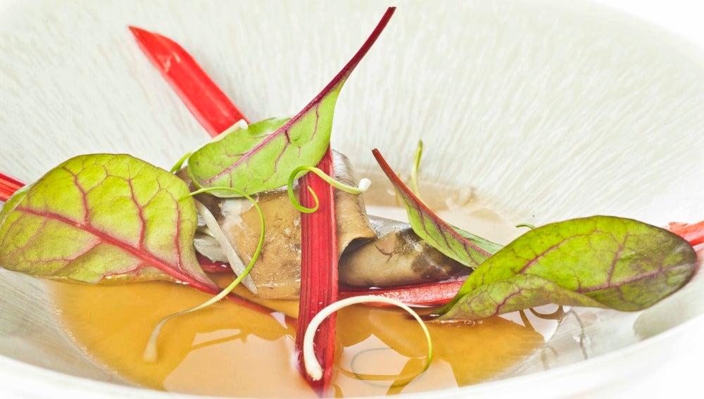 La sopa de acelga roja y morros de salmón de Rodrigo de la Calle.