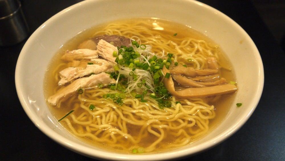 El ramen está compuesto de sopa, fideos, carne o vegetales.
