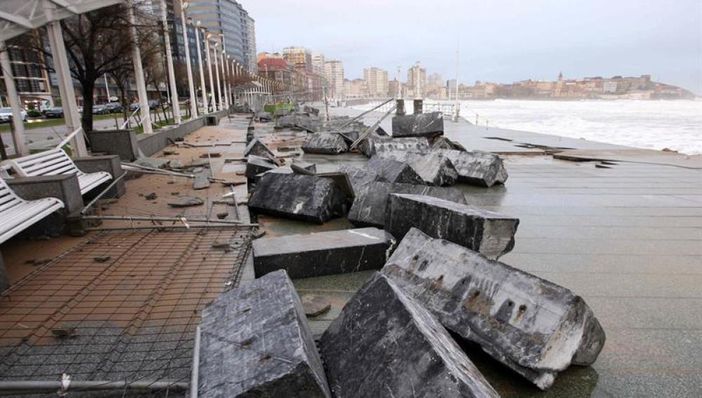 Daños en el paseo marítimo de Gijón