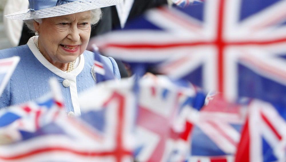 La reina Isabel II deja la Catedral de San Pablo en Londres, junio 2011