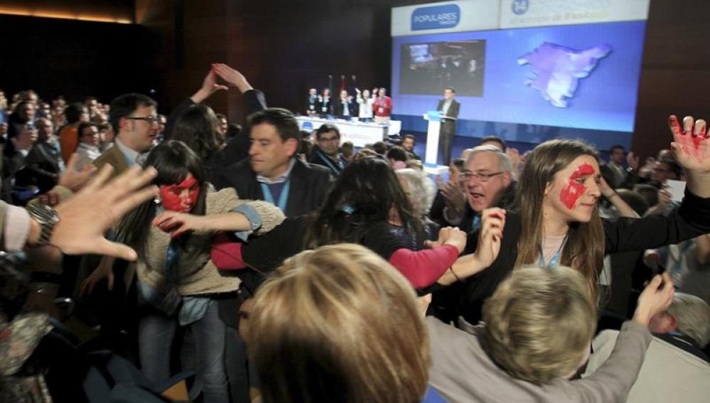 Gritos en defensa del aborto en el discurso de Rajoy