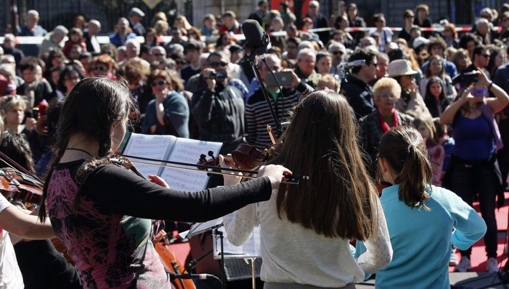 Niñas tocan música clásica en el acto 'Todos por la cultura'