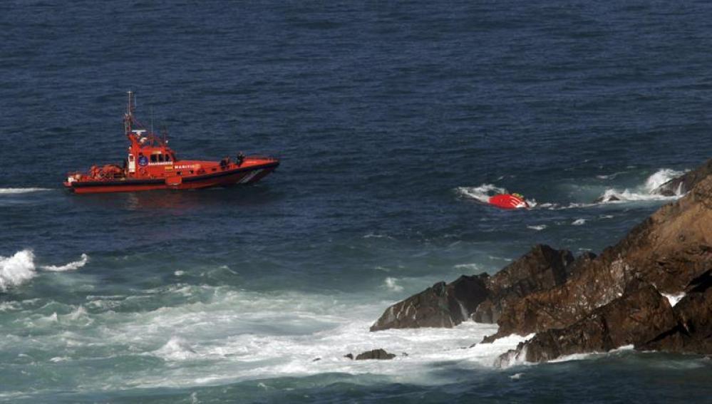 Barcos de rescate buscan el pesquero hundido