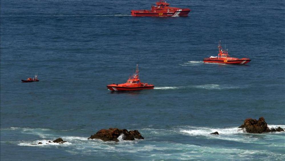Los buzos esperan a que mejore la mar para intentar llegar al barco hundido