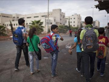 Niños sirios se dirigen hacia su escuela en la ciudad de Alepo
