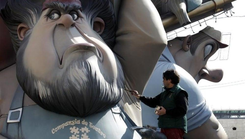 Un artista fallero da los últimos detalles al monumento