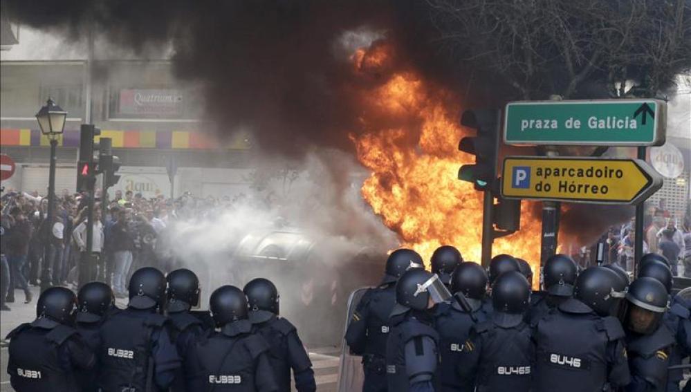 Manifestantes del Cerco incendian barricadas ante la sede del pleno del Parlamento de Galicia