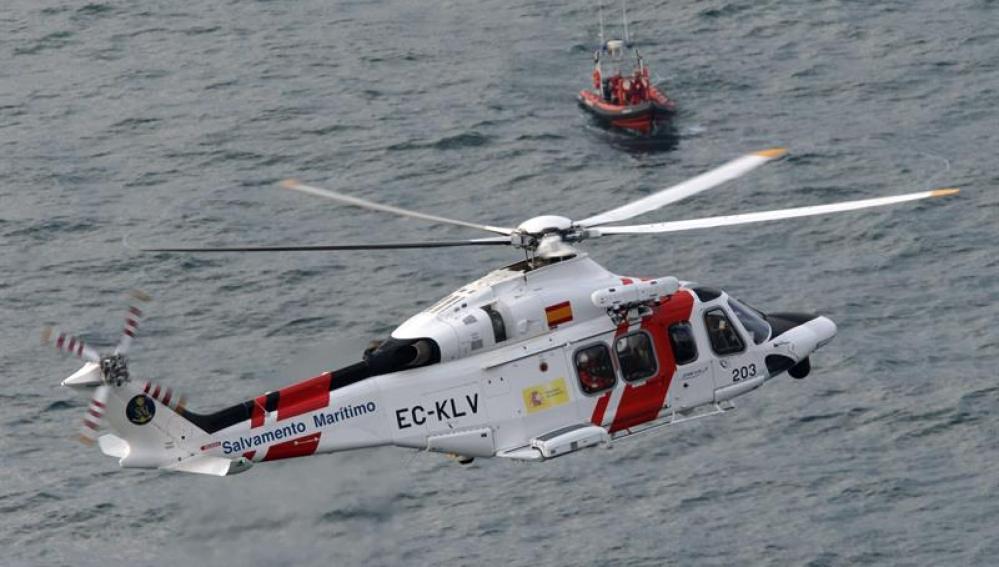 Un helicóptero de Salvamento Marítimo y una embarcación durante las labores de búsqueda