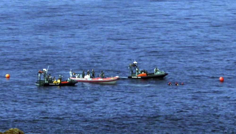 Los buzos de la Guardia Civil, tras encontrar el cuerpo sin vida de un tripulante