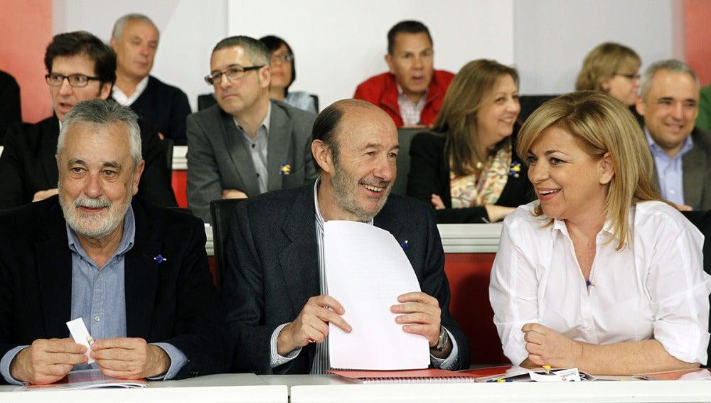 Rubalcaba, junto a Elena Valenciano, y José Antonio Griñán durante la reunión del Comité Federal del partido