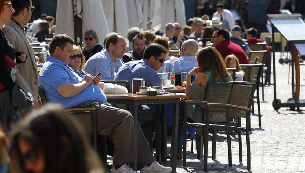 Soleada mañana en la capital en una de las terrazas de la Plaza Mayor madrileña