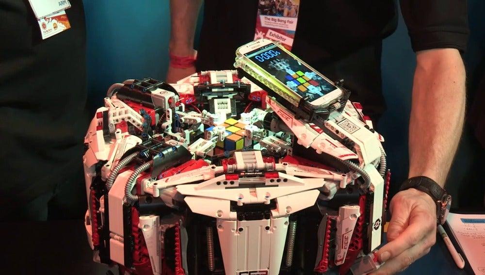 Un robot de LEGO nuevo récord Guinness al completar un cubo de Rubik en 3.253 segundos