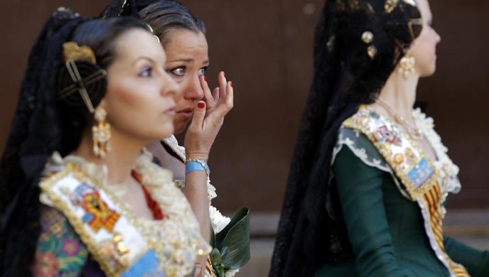 Una fallera emocionada en el primer día de la Ofrenda floral a la Virgen de los Desamparados, patrona de Valencia
