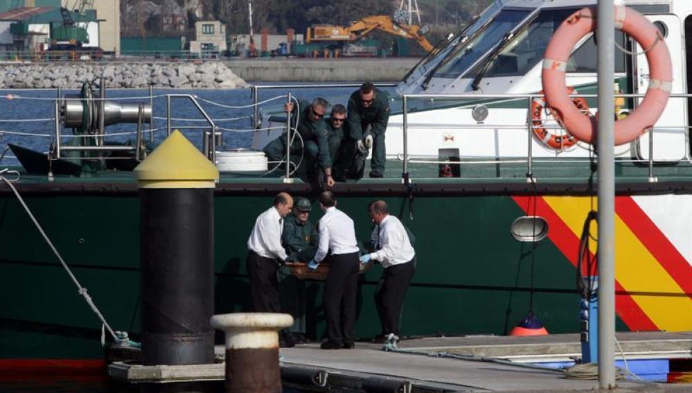 Llegada al puerto de San Juan de Nieva de uno de los cuerpos de los marineros