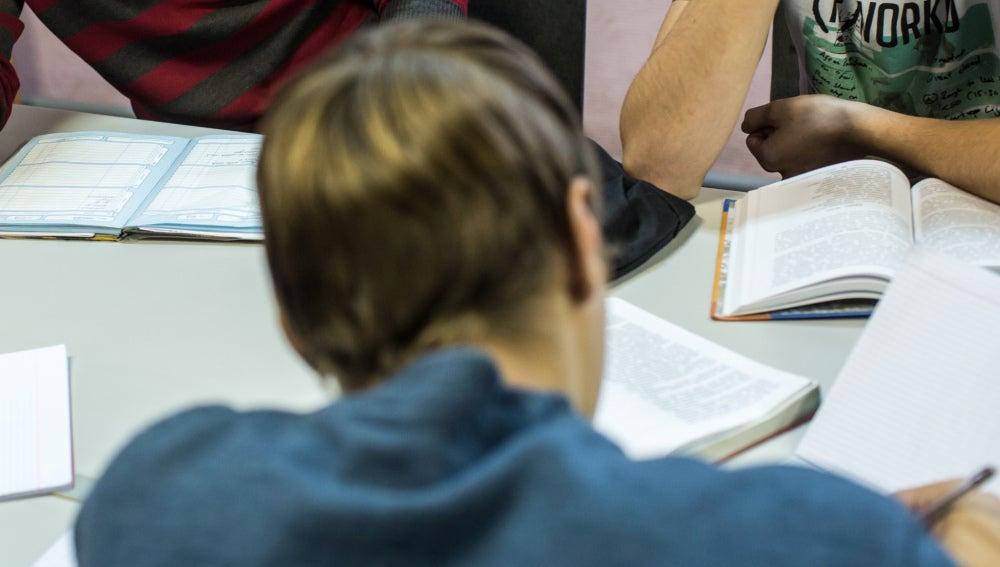 Estudiante haciendo deberes