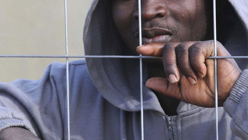 Un inmigrante en el CETI de Melilla