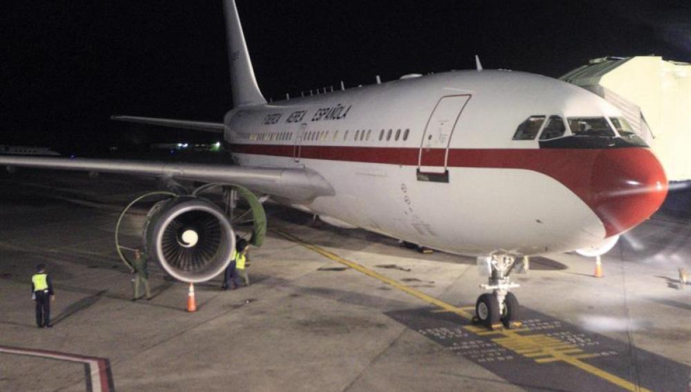 Los operarios trabajan en el avión de la Fuerza Aerea española en el que la Reina retornaba a España