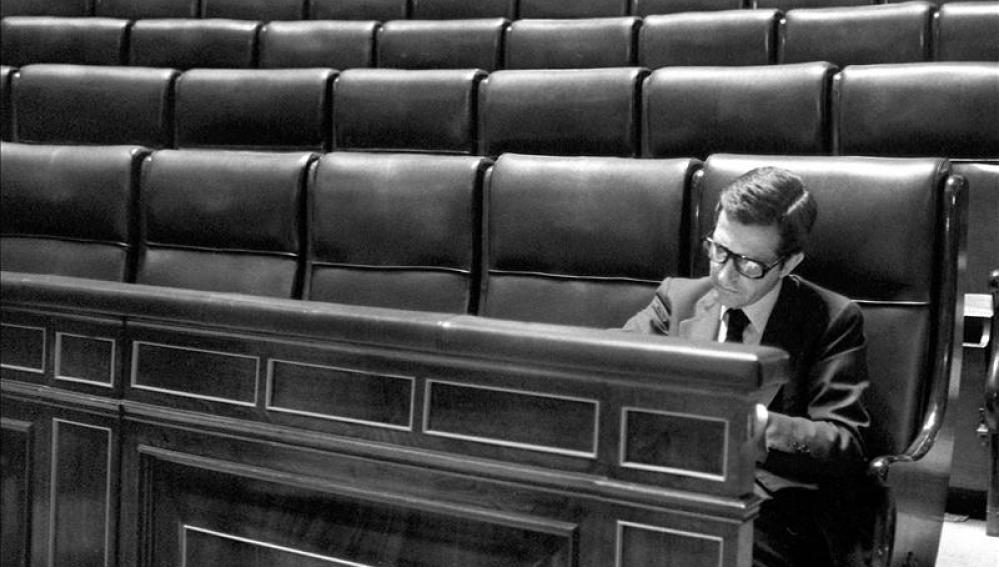 Adolfo Suárez solo en el Congreso de los Diputados