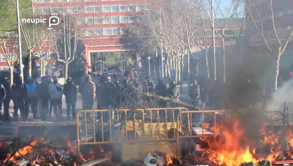 Así montan una barricada un grupo de estudiantes en la Universidad Complutense de Madrid