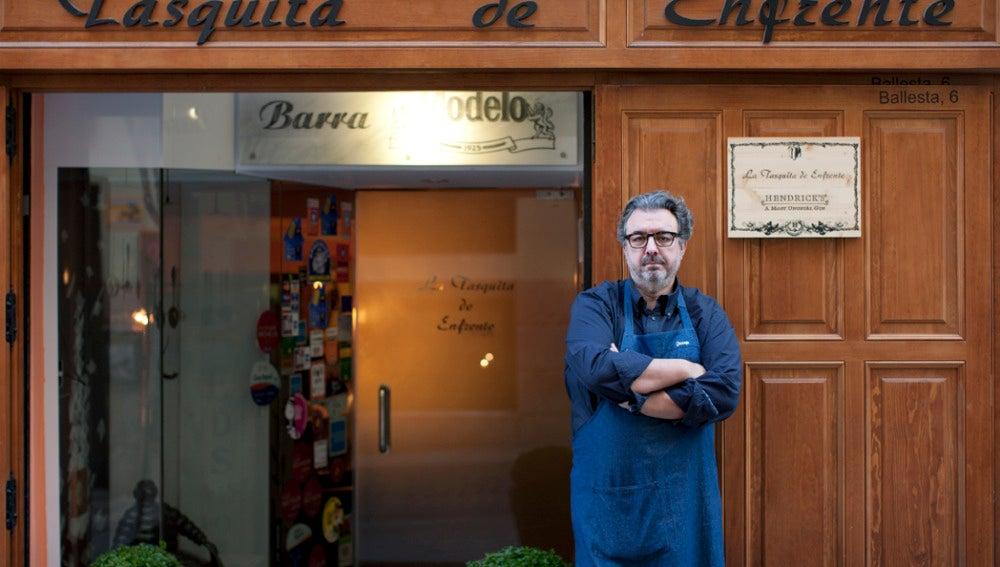 Juanjo López posa en el exterior de La Tasquita de Enfrente.