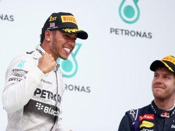 Hamilton celebra su victoria delante de Vettel