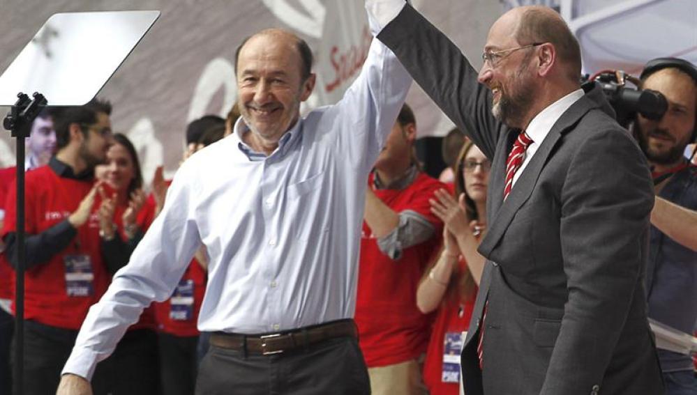 Rubalcaba, junto a Martin Schulz en el mitin del PSOE