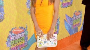 Ariana Grande, de naranja con un original bolso