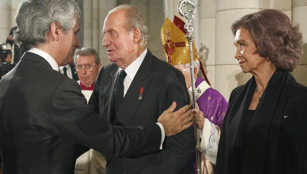 El hijo de Suárez saluda a los Reyes
