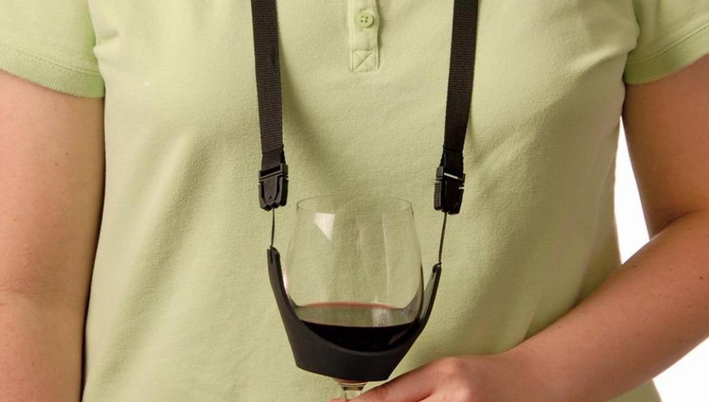 El collar sostenedor de vino, tan feote como innecesario.