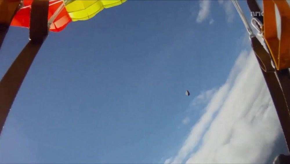 Momento en que el meteorito pasa al lado del paracaidista