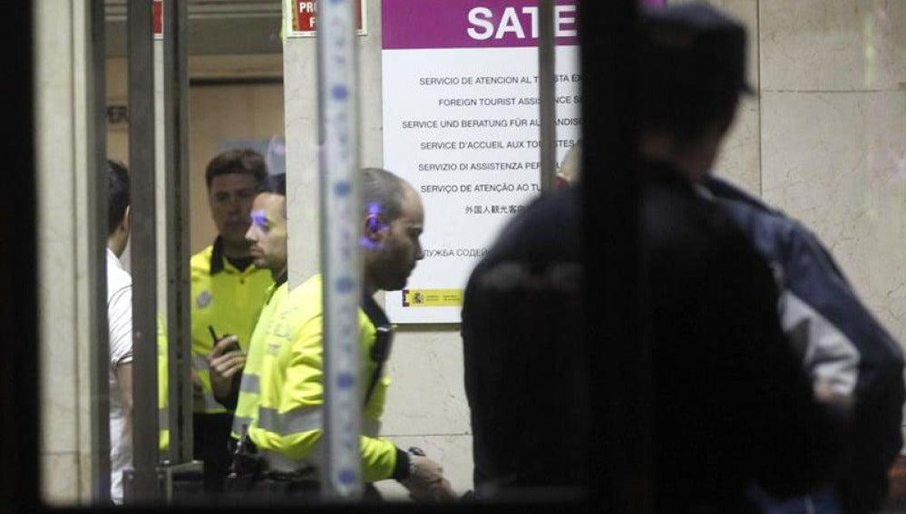 Agentes de movilidad que han acudido a tramitar la denuncia contra la expresidenta de Madrid Aguirre.