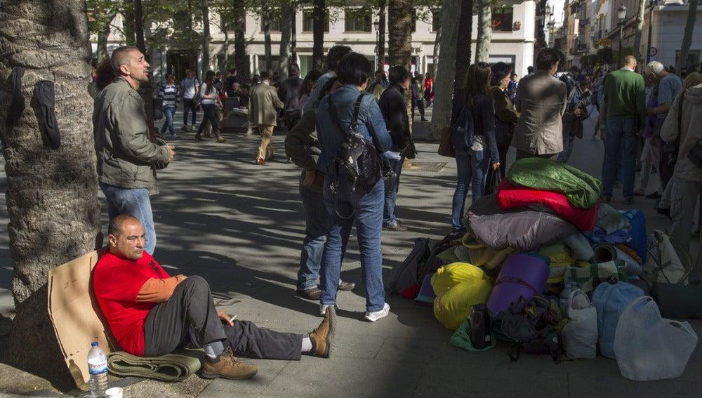 22 familias acampan frente al Ayuntamiento de Sevilla