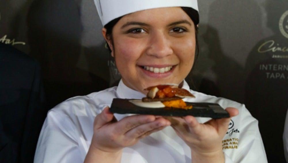 Paulette Tejada, ganadora del primer premio, con su tapa inspirada en los andares del cerdo.