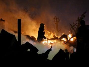 Bomberos trabajando en el incendio de Valparaíso
